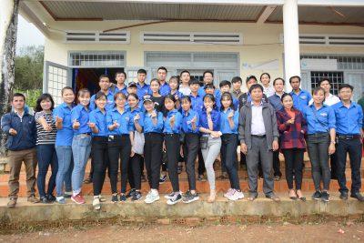 Đoàn TNCS Hồ chí Minh trường THPT Tôn Đức Thắng tổ chức Tết trung thu cho trẻ em ở Buôn kết nghĩa Cưklông, xã Cưklông, huyện Krông Năng, tỉnh Đăk Lăk